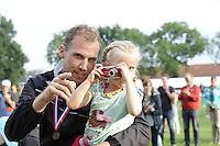 KAATSEN: LEEUWARDEN: 17-09-2016, Oldehovepartij, kaatspubliek, dochtertje van Taeke Triemstra maakt een foto van haar vader en wordt geassisteerd door Gert Anne van der Bos, ©foto Martin de Jong