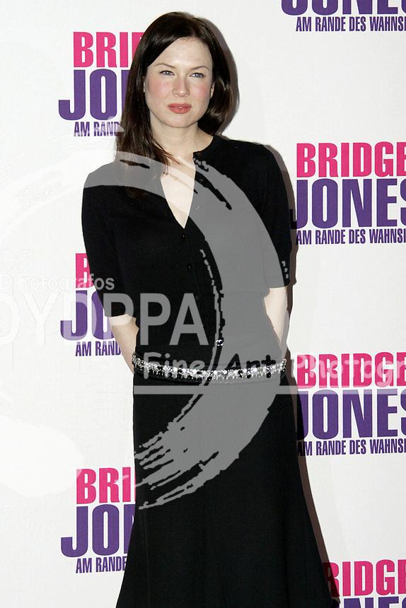 """Actress Renee Zellweger during the photocall for """"Bridget Jones - Am Rande des Wahnsinns / Bridget Jones: The Edge of Reason"""" at Hotel Adlon, Berlin"""