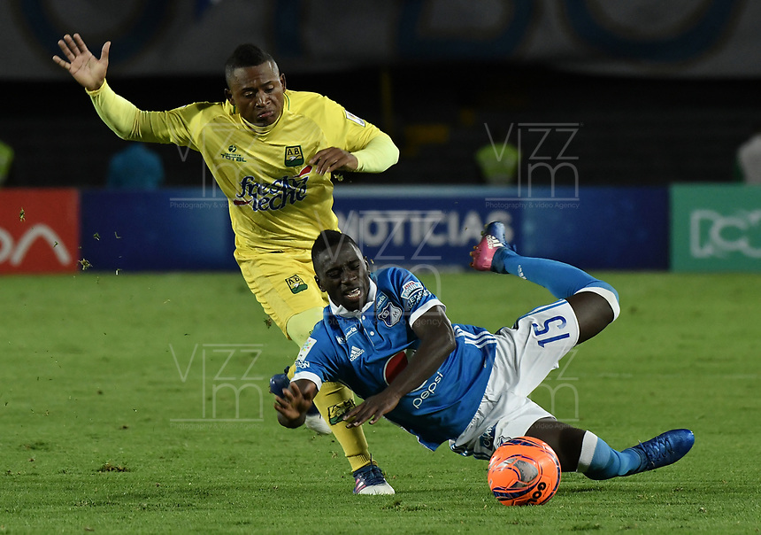 BOGOTA - COLOMBIA -04 -06-2017: Deiver Machado (Der) jugador de Millonarios disputa el balón con Faider Burbano (Izq) jugador de Atlético Bucaramanga durante partido de vuelta partido de vuelta por los cuadrangulares finales de la Liga Aguila I 2017jugado en el estadio Nemesio Camacho El Campin de la ciudad de Bogota. / Deiver Machado (R) player of Millonarios fights for the ball with Faider Burbano (L) player of Atletico Bucaramanga during secong leg match for the final quadrangulars of the Liga Aguila I 2017played at the Nemesio Camacho El Campin Stadium in Bogota city. Photo: VizzorImage / Gabriel Aponte / Staff.