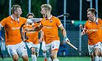 AMSTELVEEN -  Jasper Brinkman (Bldaal) heeft de stand op 0-1 gebracht tijdens de play-offs hoofdklasse  heren , Amsterdam-Bloemendaal (0-2). rechts Thierry Brinkman (Bldaal) en links Floris Wortelboer (Bldaal)  COPYRIGHT KOEN SUYK