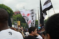 ATENCAO EDITOR IMAGEM EMBARGADA PARA VEICULOS INTERNACIONAIS - SAO PAULO, SP, 18 DEZEMBRO 2012 - Torcedores durante comemoracao pela conquista do Corinthians do Mundial de Clubes da FIFA, na praca Campo de Bagatele, regiao norte da capital, na manha desta terca feira, 18. (FOTO: ALEXANDRE MOREIRA / BRAZIL PHOTO PRESS).