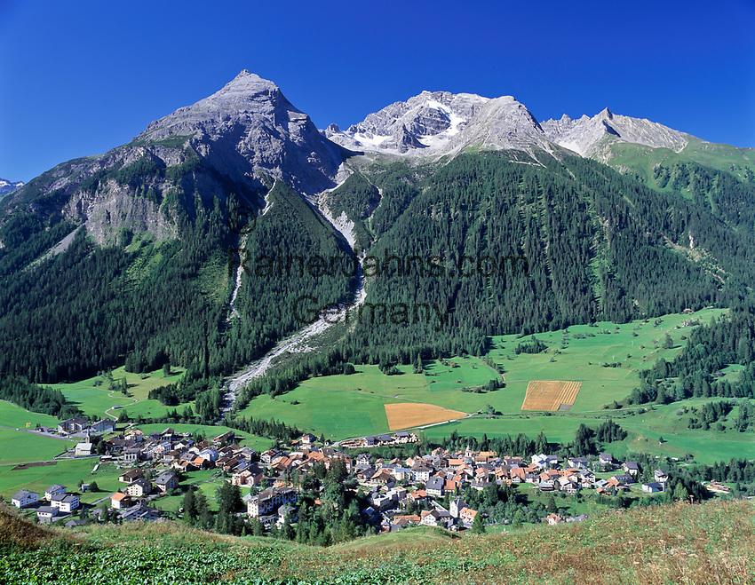 Schweiz, Graubuenden, Blick auf Berguen im Albulatal mit Piz Ela | Switzerland, Graubuenden, view at Berguen at Albula Valley with mountain Piz Ela