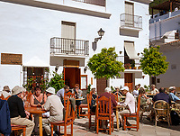 Spanien, Andalusien, Provinz Málaga, Costa del Sol, Frigiliana: weisses Dorf am Fusse der Sierra de Almija, Cafe an der Plaza de la Iglesia | Spain, Andalusia, Costa del Sol, Frigiliana: pueblo blanco at Sierra de Almija mountains, Cafe at Plaza de la Iglesia