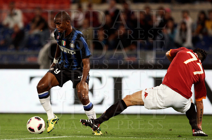 Calcio, Serie A: Roma-Inter. Roma, stadio Olimpico, 25 settembre 2010..Football, Italian serie A: AS Roma vs Inter Milan. Rome, Olympic stadium, 25 september 2010..Inter Milan forward Samuel Eto'o, of Cameroon, left, is challenged by AS Roma defender Marco Cassetti..UPDATE IMAGES PRESS/Riccardo De Luca