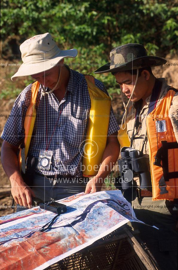 CAMBODIA Mekong River, illegal deforestion of rainforest, members of Mekong river commission with satelite map at inspection of illegal deforestation / KAMBODSCHA Mekong Fluß, illegale Abholzung von Regenwald, GIZ Mitarbeiter der Mekong River Kommission bei Inspektion einer illegal abgeholzten Waldflaeche, Satellitenkarte zeigt genau die Veraenderung von entwaldeten Flaechen