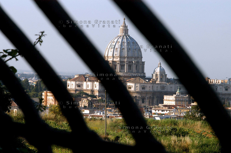 Roma, Basilica di San Pietro.Veduta tra le sbarre. Dome of St Peter's Basilica in Vatican City.A view of the Dome  through the bars