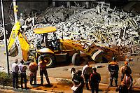 GUARULHOS, SP, 02.12.2013 - DESABAMENTO / OBRA / GUARULHOS - Um prédio de cinco andares em construção desabou na noite desta segunda-feira, 02, na Avenida Presidente Humberto Castelo Branco, altura do número 1.900, em Guarulhos, na Grande São Paulo. O acidente ocorreu por volta das 19h20 duas vitimas fora retiradas com vida. (Foto: Geovani Velesquez / Brazil Photo Press).