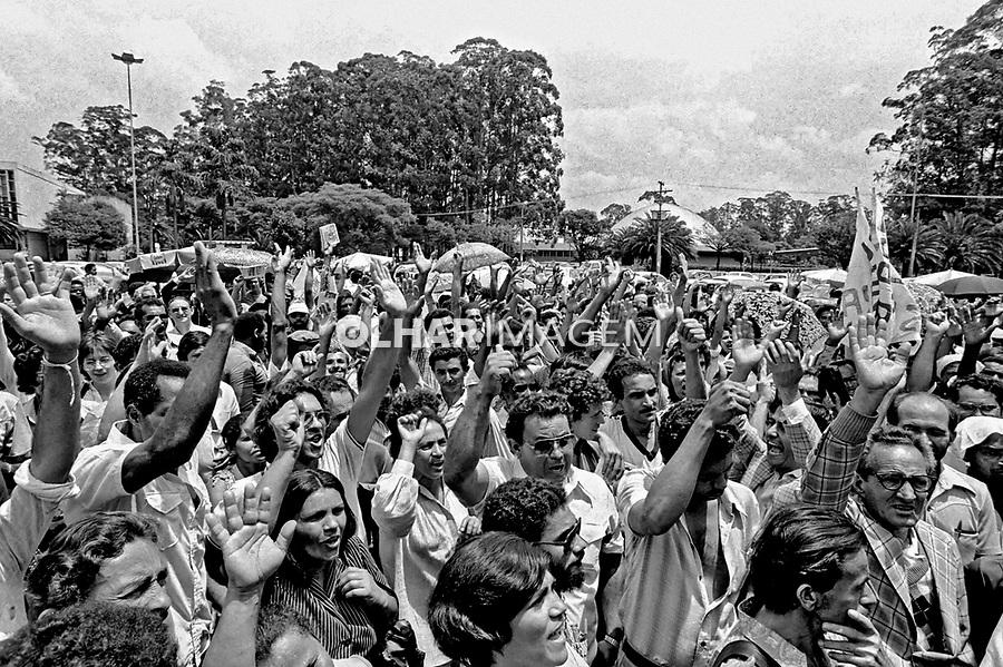 Manifestantes de loteamento clandestino protestam na prefeitura. São Paulo. 1979. Foto de Juca martins.