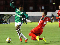 TUNJA -COLOMBIA, 27-10-2015. Alejandro Otero (Der) jugador de Patriotas FC disputa el balón con Harold Preciado (Izq) jugador de Deportivo Cali durante partido por la fecha 17 de la Liga Águila II 2015 realizado en el estadio La Independencia de Tunja./  Alejandro Otero (R) player of Patriotas FC fights the ball with Harold Preciado (L) player of Deportivo Cali during match for the 17th date of Aguila League II 2015 played at La Independencia stadium in Tunja. Photo: VizzorImage/César Melgarejo/ Cont