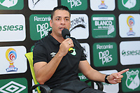 CALI - COLOMBIA - 24 - 09 - 2017: Hector Cardenas, técnico de Deportivo Cali, durante rueda de prensa después de partido de la fecha 13 entre Deportivo Cali y Deportes Tolima, por la Liga Aguila II- 2017, jugado en el estadio Deportivo Cali (Palmaseca) de la ciudad de Cali. / Hector Cardenas, coach of Deportivo Cali, speaks with the media after the match of the date 13th between Deportivo Cali and Deportes Tolima, for the Liga Aguila II- 2017 at the Deportivo Cali (Palmaseca) stadium in Cali city. Photo: VizzorImage  / Nelson Rios / Cont.