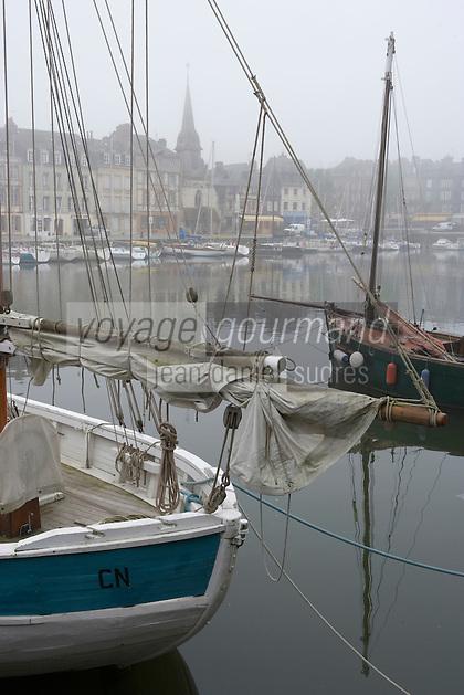 Europe/France/Basse-Normandie/14/Calvados/Honfleur: Brouillard et Vieux Gréments sur le Port - le vieux Bassin et l'Eglise Saint Etienne et le Musée de la Marine
