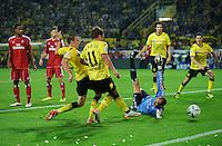 Fussball Bundesliga Saison 2011/2012 1. Spieltag Borussia Dortmund - Hamburger SV V.l.: Kevin GROSSKREUTZ (BVB) erzielt mit Mario GOETZE (BVB) das Tor zum 3:0 gegen Jaroslav DROBNY (HSV).
