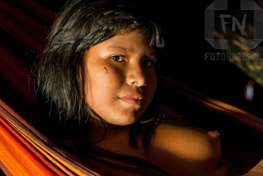 Retrato de menina Kalapalo em rede na Aldeia Aiha no Parque Ind&iacute;gena do Xingu | Portrait of Kalapalo girl in hammock at Aiha Village in the Xingu Indigenous Park<br /> <br /> LOCAL: Quer&ecirc;ncia, Mato Grosso, Brasil <br /> DATE: 07/2009 <br /> &copy;Pal&ecirc; Zuppani