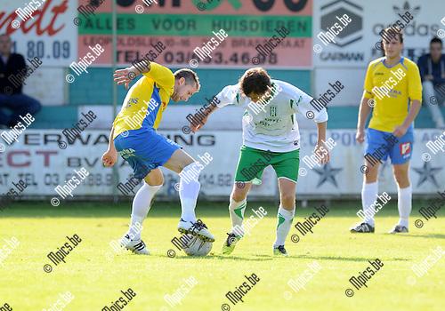2014-09-21 / Voetbal / seizoen 2014-2015 / Exc. Kaart - KSV Schriek / Gert Michiels (l. Schriek) met Sil Boeykens<br /><br />Foto: Mpics.be