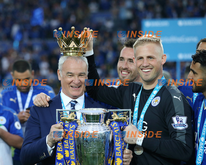 Leicester City Manager Claudio Ranieri and James Vardy with  the trophy after the Barclays Premier League match between Leicester City and Everton, played at The King Power Stadium, Leicester, on 07th May 2016 / Barclays Premier League 2015/16 Leicester City v Everton King Power Stadium<br /> David Klein/Sportimage <br /> Foto Insidefoto