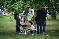 Berlin, Eine Gruppe grillt am Donnerstag (09.05.13) im Mauerpark in Berlin unter einem Baum. Foto: Timur Emek/CommonLens