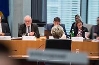38. Sitzung des Unterausschusses des Verteidigungsausschusses des Deutschen Bundestag als 1. Untersuchungsausschuss am Donnerstag den 13. Februar 2020.<br /> In dem Untersuchungsausschuss soll auf Antrag der Fraktionen von FDP, Linkspartei und Buendnis 90/Die Gruenen der Umgang mit externer Beratung und Unterstuetzung im Geschaeftsbereich des Bundesministeriums fuer Verteidigung aufgeklaert werden. Anlass der Untersuchung sind Berichte des Bundesrechnungshofs ueber Rechts- und Regelverstoesse im Zusammenhang mit der Nutzung derartiger Leistungen.<br /> Einziger Tagesordnungspunkt war die Konstituierung des Unterausschusses als Untersuchungsausschuss.<br /> Als Zeugin war die ehemalige Verteidigungsministerin Ursula von der Leyen geladen. Die Zeugin weigerte sich in Anwesenheit von Foto- und TV-Journalisten den Sitzungssaal zu betreten. Die Journalisten mussten auf Anweisung des Ausschussvorsitzenden Hellmich den Saal verlassen.<br /> Im Bild: Die ehemalige Verteidigungsministerin auf den Zeugenplatz.<br /> 13.2.2020, Berlin<br /> Copyright: Christian-Ditsch.de<br /> [NUR FUER REDAKTIONELLE ZWECKE! Werbung nur auf Anfrage beim Fotografen. Inhaltsveraendernde Manipulation des Fotos nur nach ausdruecklicher Genehmigung des Fotografen. Vereinbarungen ueber Abtretung von Persoenlichkeitsrechten/Model Release der abgebildeten Person/Personen liegen nicht vor. NO MODEL RELEASE! Don't publish without copyright Christian-Ditsch.de, Veroeffentlichung nur mit Fotografennennung, sowie gegen Honorar, MwSt. und Beleg. Konto: I N G - D i B a, IBAN DE58500105175400192269, BIC INGDDEFFXXX, Kontakt: post@christian-ditsch.de<br /> Bei der Bearbeitung der Dateiinformationen darf die Urheberkennzeichnung in den EXIF- und  IPTC-Daten nicht entfernt werden, diese sind in digitalen Medien nach §95c UrhG rechtlich geschuetzt. Der Urhebervermerk wird gemaess §13 UrhG verlangt.]