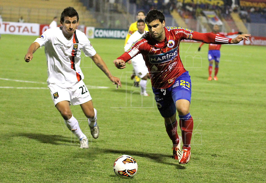 PASTO -COLOMBIA, 31-07-2013. Julian Lalinde (D) del Deportivo Pasto de Colombia disputa el balón con Manuel Contreras (I) de Melgar de Perú durante partido de la primera fase de la Copa Total Sudamericana realizado en el estadio La Libertad de Pasto./  Deportivo Pasto of Colombia player Julian Lalinde (R) fights for the ball with Melgar of Peru player Manuel Contreras (L) in match of the first phase of the Copa Total Sudamericana at La Libertad stadium in Pasto city. Photo: VizzorImage/STR