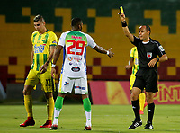 BUCARAMANGA - COLOMBIA, 14-04-2018: Luis Sanchez, árbitro, muestra la tarjeta amarilla a Carlos Ramirez del Huila durante el encuentro entre Atlético Bucaramanga e Atletico Huila por la fecha 15 de la Liga Águila I 2018 jugado en el estadio Alfonso López de la ciudad de Bucaramanga. / Luis Sanchez, referee, shows the yellow card to Carlos Ramirez of Huila during a match between Atletico Bucaramanga and Atletico Huila for the date 15 of the Aguila League I 2018 played at Alfonso Lopez stadium in Bucaramanga city. Photo: VizzorImage / Oscar Martínez / Cont