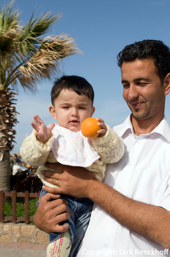Nordzypern, Vater und Sohn in Girne (Keryneia, Kyrenia)