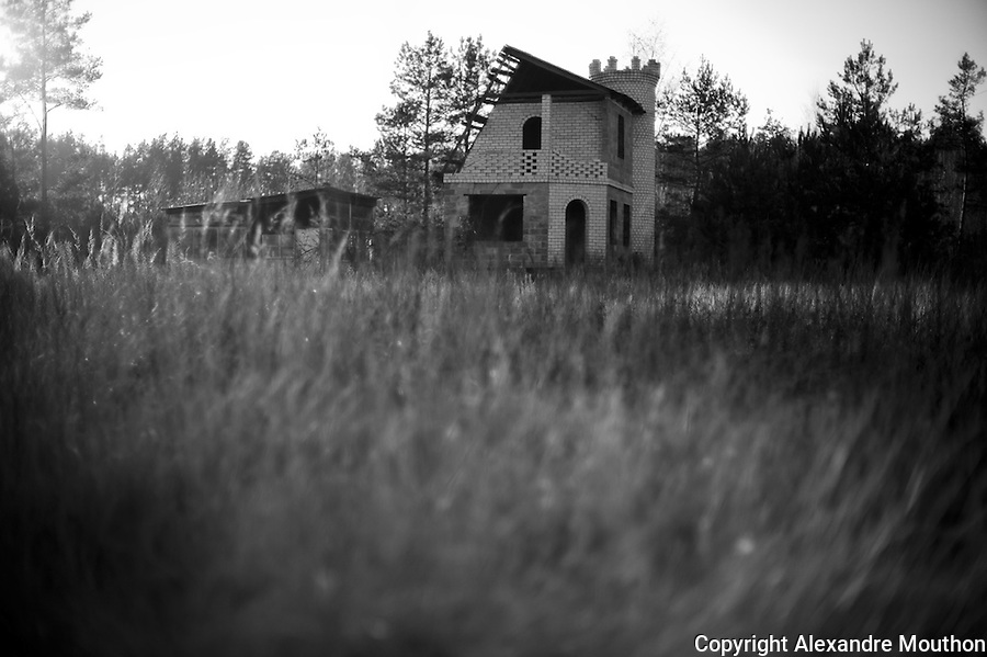 Echoing the Romanesque chapel of Saint-Vulbas, in the contaminated area of Chernobyl, an inhabitant of slavutych began building a dacha, flanked by crenellated towers. But lack of money, the site was abandoned.<br /> <br /> http://www.ladocumentationfrancaise.fr/pages-europe/d000780-ukraine.-slavoutytch-la-ville-de-l-apres-tchernobyl-par-alexandre-mouthon/article