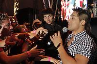 """CURITIBA, PR, 21 DE OUTUBRO DE 2012 –HUGO E TIAGO –Apresentação da dupla Hugo e Tiago<br /> na """"Festa Tudo de Bom"""" da Rádio 98 FM. O festival, que reuniu mais de 30 apresentações sertanejas e de pagode aconteceu no domingo (21), no Estádio Vila Capanema, em Curitiba. Na foto Tiago. (FOTO: ROBERTO DZIURA JR./ BRAZIL PHOTO PRESS)"""