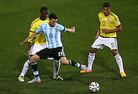 VIÑA DEL MAR - CHILE - 26-04-2015: Cristian Zapata (Izq.) y Alexander Mejia (Der.) jugadores de Colombia, disputan el balón con Javier Pastore (Cent.) jugador de Argentina, durante partido Colombia y Argentina, por los cuartos de final, de la Copa America Chile 2015, en el estadio Sausalito en la Ciudad de Viña del Mar / Cristian Zapata (L) and Alexander Mejia (R) players of Colombia, vie for the ball with Javier Pastore (C) player of Argentina, during a match between Colombia and Argentina, for the quarterfinals of the Copa America Chile 2015, in the Sausalito stadium in Viña del Mar city. Photo: VizzorImage /  Photosport / Jonathan Mancilla / Cont.