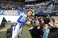 VOETBAL: HEERENVEEN: Abe Lenstra Stadion 01-11-2015, SC Heerenveen - SC Cambuur, uitslag 2-0, Caner Cavlan geeft zijn opa de bloemen, ©foto Martin de Jong