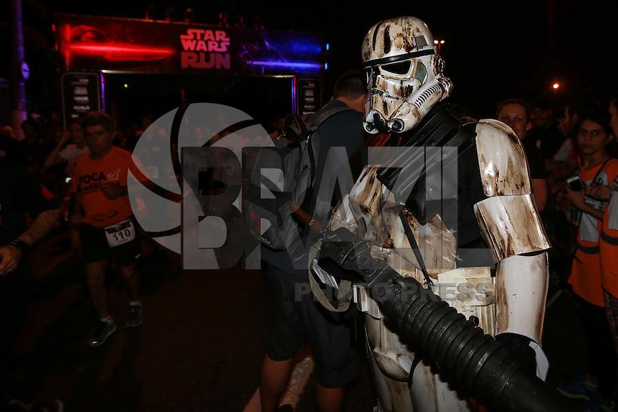 SÃO PAULO, SP, 28.11.2015 - STAR WARS-RUN - Participantes durante a corrida noturna Star Wars no bairro da Barra Funda na região oeste da cidade de São Paulo neste sábado, 28. (Foto: Vanessa Carvalho/Brazil Photo Press)