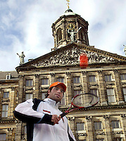 9-2-06, Netherlands, tennis, Amsterdam, Daviscup.Netherlands Russia, Draw, streettennis,Raemon Sluiter in action in front of the Royal Palice
