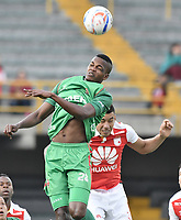 BOGOTÁ - COLOMBIA, 04-02-2018: Yeison Gordillo (Der.) jugador de Santa Fe disputa el balón con Larry Angulo (Izq.) jugador del Patriotas durante el encuentro entre Independiente Santa Fe y Patriotas Boyacá por la fecha 1 de la Liga Águila I 2018 jugado en el estadio Nemesio Camacho El Campin de la ciudad de Bogotá. / Yeison Gordillo (R) player of Santa Fe struggles for the ball with Larry Angulo (L) player of Patriotas during match between Independiente Santa Fe and Patriotas Boyaca for the date 1 of the Aguila League I 2018 played at the Nemesio Camacho El Campin Stadium in Bogota city. Photo: VizzorImage/ Gabriel Aponte / Staff