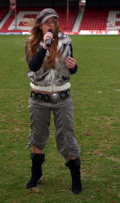 Photo: Daniel Hambury..London Broncos V Warrington Wolves..Tetleys Super League..13/02/2005..Broncos season gets off to a singing start with 'Pop Idol' contestant Rebecca Hayes.