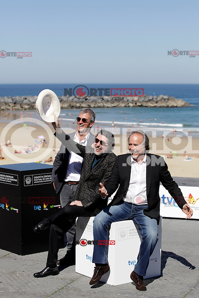 "Director Francesc Relea (L) and spanish singers Joaquin Sabina (C) and Joan Manuel Serrat posse in the pohotocall of ""El símbolo y el cuate"" film presentation during the 61 San Sebastian Film Festival, in San Sebastian, Spain. September 23, 2013. (ALTERPHOTOS/Victor Blanco) /NortePhoto"