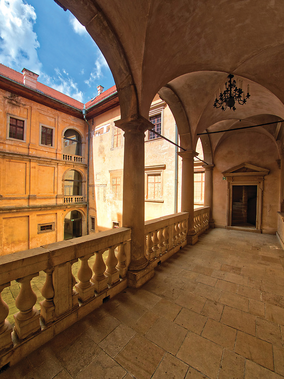 Krużganki wewnętrznego dziedzińca wiśnickiego zamku.