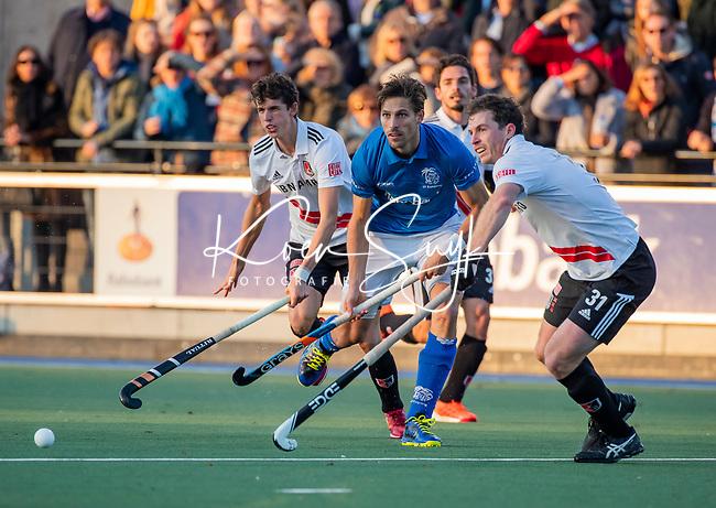 UTRECHT - Bjorn Kellerman (Kampong) met Fergus Kavanagh (Adam) en Johannes Mooij (Adam)  tijdens de hoofdklasse hockeywedstrijd mannen, Kampong-Amsterdam (4-3). COPYRIGHT KOEN SUYK