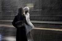 Milano: due donne camminano sotto la neve per raggiungere il teatro alla Scala.