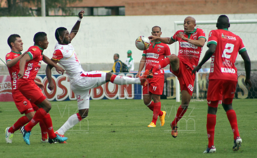 TUNJA -COLOMBIA, 28-MARZO-2015.  Ivan Corredor  (Der.) jugador de Patriotas de Boyaca disputa el bal—n con Miguel Borja (Der.) jugador del Independiente Santa Fe, durante partido  por la fecha 12 entre Patriotas de Boyaca e Independiente Santa Fe por la fecha 12 de la Liga Aguila I-2015, en el estadio La Independencia de la ciudad de Tunja. /  Ivan Corredor  (L) player of Patriotas de Boyaca struggles for the ball with Miguel Borja (R) player of  Independiente Santa Fe , during a match of the 12 date between Patritas de Boyaca and Independiente Santa Fe  for the Liga Aguila I -2015 at La  Independencia Stadium in Tunja city, Photo: VizzorImage / Cesar Melgarejo   / Stringer