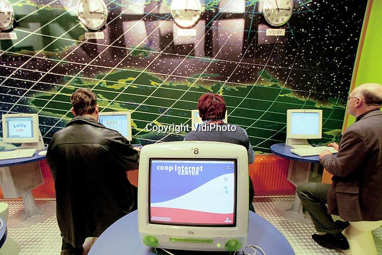 Foto: VidiPhoto..NIJMEGEN - Als eerste supermarktketen in Nederland heeft Coop in Nijmegen een internetcafe geopend. Gratis is de voorziening bepaald niet. Klanten kunnen er voor 6 gulden een uur surven. Twee uur kost een tientje. Desondanks is er veel belangstelling voor het Internetcenter.