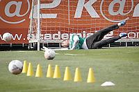SÃO PAULO,SP,16 SETEMBRO 2013 - TREINO PALMEIRAS - Fernando Prass goleiro  do Palmeiras durante treino do Palmeiras no CT da Barra Funda, zona oeste de Sao Paulo,na tarde desta segunda feira.O time se prepara para o jogo contra o Avaí amanhã no estádio da Resacada em Florianopolis.FOTO ALE VIANNA - BRAZIL PHOTO PRESS.