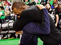 CJX18. BOSTON (EE.UU.), 25/05/2017.- El jugador LeBron James (d) de Cleveland Cavaliers abraza a Isaiah Thomas (i) de Boston Celtics hoy, jueves 25 de mayo de 2017, durante un juego entre Cleveland Cavaliers y Boston Celtics de la NBA, que se disputa en el TD Garden, en Boston, Massachusetts (Estados Unidos). EFE/JOHN CETRINO