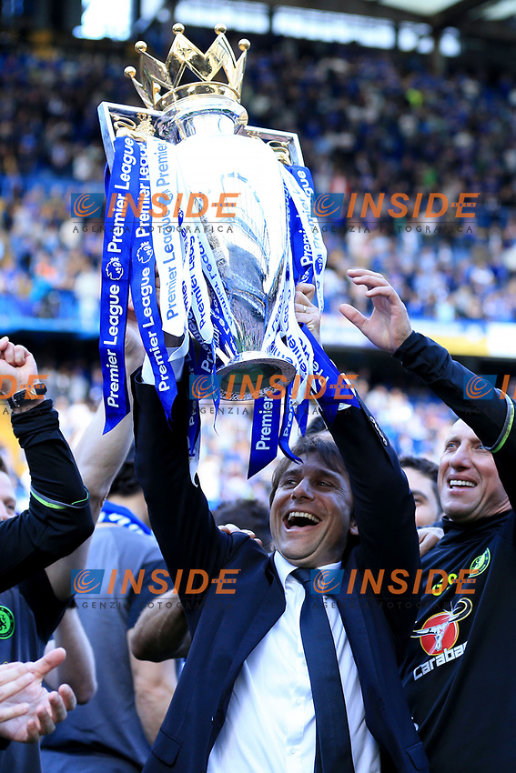 Chelsea manager Antonio Conte  lifts the Premier League trophy during the Premier League match between Chelsea and Sunderland at Stamford Bridge on May 21st 2017 in London, England. <br /> Festeggiamenti Chelsea vittoria Premier League <br /> Foto Leila Cocker/PhcImages/Panoramic/Insidefoto