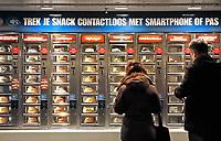 Nederland Amsterdam 2019 . Centraal Sation. Snackautomaat. Contactloos betalen. Foto Berlinda van Dam / Hollandse Hoogte