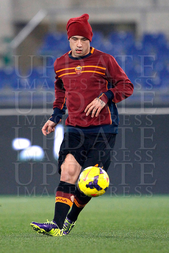 Calcio, ottavi di finale di Coppa Italia Tim: Roma vs Sampdoria. Roma, stadio Olimpico, 9 gennaio 2014.<br /> AS Roma midfielder Radja Nainggolan, of Belgium, warms up prior to the start of the Italy Cup round of sixteen football match between AS Roma and Sampdoria at Rome's Olympic stadium, 9 January 2014.<br /> UPDATE IMAGES PRESS/Isabella Bonotto