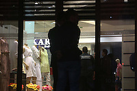 SAO PAULO, SP, 25.11.2013 - ASSALTO/SHOPPING/ZONA SUL/SP - Um policial foi baleado num assalto a uma joalheria no Shopping Plaza Sul, no Jardim da Saúde, zona sul de São Paulo, na tarde desta segunda-feira (25). Policiais da Rota estão no estabelecimento. De acordo com uma vendedora que trabalha no local, todas as lojas estão fechadas. (Foto: Vanessa Carvalho / Brazil Photo Press).