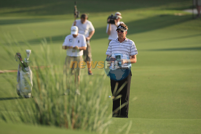 Ian Poulter eyeing up the 18th green during the second round of the Dubai World Championship on the Earth Course at the Jumeirah Golf Estate, Dubai..Picture Fran Caffrey/www.golffile.ie.