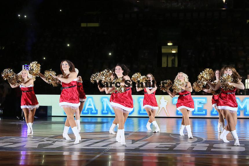 Fraport Skyliners Dance Team im Nikolaus-Outfit - Fraport Skyliners vs. Loewen Braunschweig, Fraport Arena Frankfurt