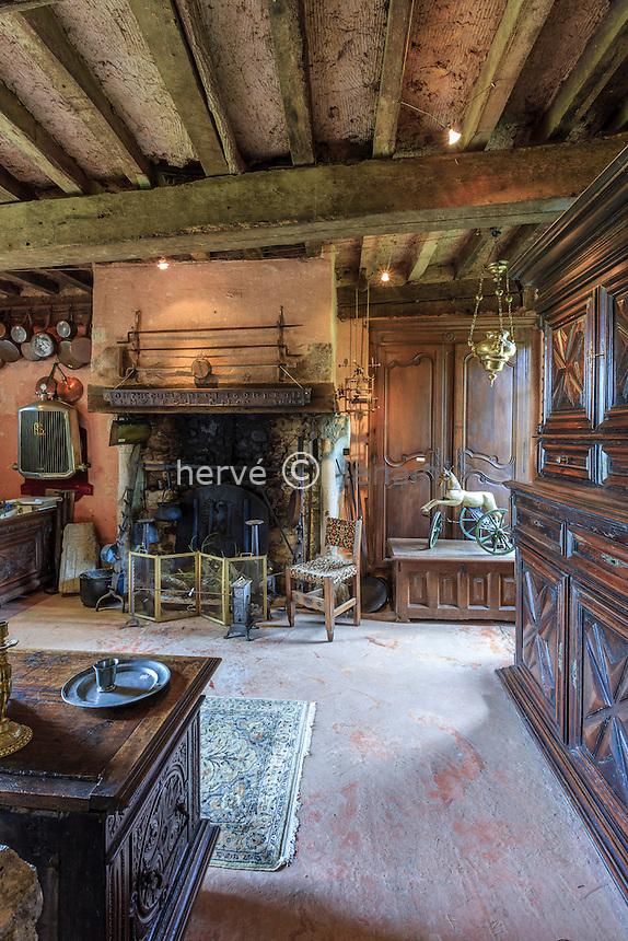 France, Orne (61), Nocé, manoir de Lormarin, antiquités dans les communs du manoir/ France, Orne, Noce, Lormarin manor, antiquarian