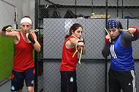 La boxeadora española Jennifer Miranda (i) Martha Breña (c) y Tamara (d), durante una sesion de entrenamiento en el Centro Deportivo Olímpico Mexicano (CDOM), en Ciudad de México.EFE