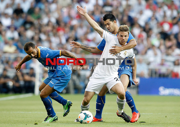 Real Madrid's Asier Illarramendi (c) and Getafe's  Diego Castro (l) and Miku during La Liga match.September 22,2013. Foto © nph / Acero)