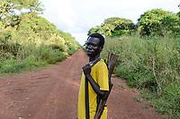 ETHIOPIA, Gambela, village Gog Dipach of Anuak tribe, with rifle armed village guard  / AETHIOPIEN, Gambela, Dorf Gog Dipach der Ethnie ANUAK, Dorfwaechter mit Maschinengewehr zum Schutz vor Ueberfaellen durch Angreifer von anderen Volksstaemmen aus dem Sued-Sudan